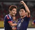歓喜する武藤(右)と米倉。写真:小倉直樹(サッカーダイジェスト写真部)