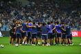 試合前、円陣を組む日本代表。カンボジア戦必勝を誓った。写真:滝川敏之(サッカーダイジェスト写真部)