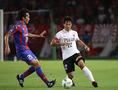 【FC東京1-2浦和】浦和ののキャプテン阿部がパスコースを探る。写真:佐藤 明(サッカーダイジェスト写真部)