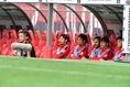 チームの要である阿部は、ベンチで試合を見守った。(C)SOCCER DIGEST