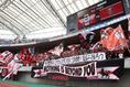 【新潟1-2浦和】ビッグスワンスタジアムを赤と黒で染めた浦和サポーター。写真:茂木あきら(サッカーダイジェスト写真部)