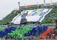 【大宮3-2湘南】声援を送る湘南サポーター。写真:佐藤 明(サッカーダイジェスト写真部)