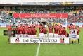 【磐田 0-1浦和】優勝カップを掲げる阿部を中心に歓喜の輪が広がった。写真:徳原隆元