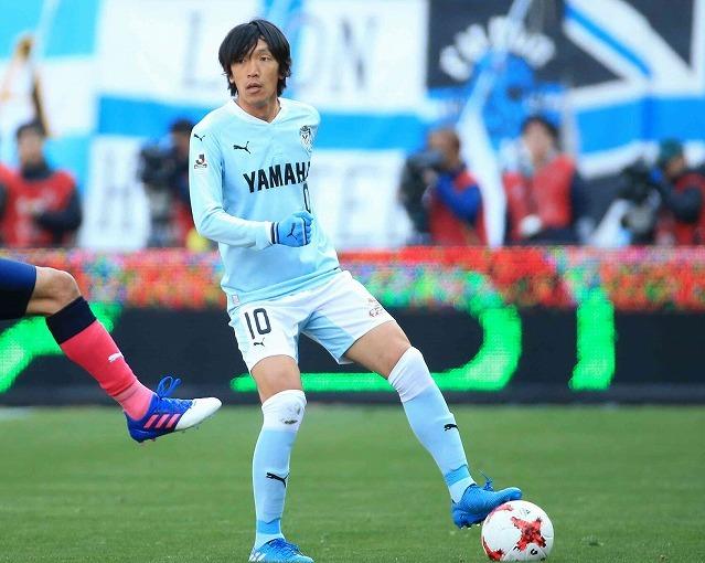 ボールに足を乗せるかっこいい中村俊輔