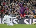 2005-2006シーズン|2005年11月19日|第12節|レアル・マドリー 0-3 FCバルセロナ|ロナウジーニョが左サイドをぶち抜き、3点目を流し込む。ベルナベウがスタンディングオベーションに包まれた。(C)Getty Images