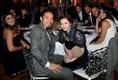 チームメイトたちとテーブルを囲む長友夫妻。 (C) Getty Images