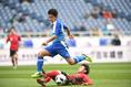 【Jリーグ選抜 1-2 高校選抜】ジャンプ一番相手守備を交わす飯島。果敢なドリブル突破で高校選抜の攻撃をリードした。写真:徳原隆元