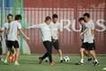 【日本代表PHOTO】スタッフたちをボール回しを楽しむ西野監督。写真:JMPA代表撮影(滝川敏之)