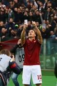 フランチェスコ・トッティ(FW/2017年現役引退) ●1993~2017 ローマ・ダービー(所属:ローマ) vsラツィオ 44試合・11得点 ローマの英雄は、宿敵ラツィオとのダービーに最多出場し、最多得点を記録。2015年1月の試合では、同点ゴールの後の自撮りパフォーマンスが話題となった。(C)Getty Images