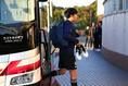 【日本代表PHOTO】練習場に入る遠藤。写真:山崎 賢人(サッカーダイジェスト写真部)