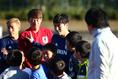 【日本代表PHOTO】子供たちと絡んだ原口(中央)と東口。写真:山崎 賢人(サッカーダイジェスト写真部)