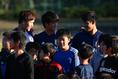 【日本代表PHOTO】子供たちと話した左から三竿、北川、守田。写真:山崎 賢人(サッカーダイジェスト写真部)