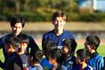 【日本代表PHOTO】子供たちと記念撮影した大迫。写真:山崎 賢人(サッカーダイジェスト写真部)