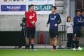 【日本代表PHOTO】練習前に話し込むシュミット・ダニエル(左)と吉田。写真:山崎 賢人(サッカーダイジェスト写真部)