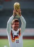 1990年受賞|ローター・マテウス(ドイツ/MF)|主な所属クラブ:ボルシアMG、バイエルン、インテル|中盤のあらゆる位置でプレーし、キャリアの晩年はリベロとして活躍。ドイツ代表(西ドイツ代表時代を含む)では20年間で150試合出場という金字塔を打ち立てた。もちろん同国の最多キャップ数で、W杯には82年大会から5回連続で出場した、まさに鉄人だ。 (C) Getty Images