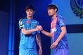 谷口彰吾(川崎)と東慶悟(FC東京)。写真:山崎賢人(サッカーダイジェスト写真部)