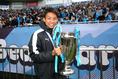 【ゼロックス表彰PHOTO】カップを手に笑顔の小林。写真:山崎 賢人(サッカーダイジェスト写真部)