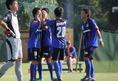 先制点を奪ったG大阪ユースのMF岩本和希をチームメイトが祝福。 (C) Masayoshi MORITA