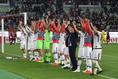 【神戸 2-4 広島PHOTO】試合後、サポーターの声援に応える広島の選手たち。写真:徳原隆元
