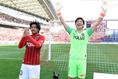 【浦和 1-0 神戸】決勝点を決めた興梠(左)と無失点に抑えた西川はサポーターの声援に応える。写真:サッカーダイジェスト