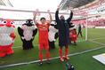 【名古屋 1-0 磐田 PHOTO】試合後、勝利の立役者となった米本(左)とジョー(右)がサポーターの声援に応える。写真:徳原隆元