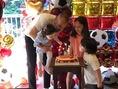 誕生日ケースを贈られるイニエスタ(写真はインスタグラムより)。