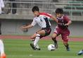 中島(6)はコンタクトプレーで身体の強さを発揮。バー直撃のミドルも放った。(C) Takaya HIRANO