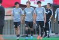 【日本代表PHOTO】ピッチに向かう左から久保、永井、室屋。写真:山崎 賢人(サッカーダイジェスト写真部)