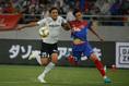 【FC東京 0-1 神戸 PHOTO】競り合う矢島(23番)と大﨑(25番)。写真:滝川敏之