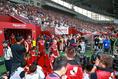 【神戸 0-2 バルセロナ】27720人の観衆が見守るなかピッチへと向かう選手たち。写真:山崎 賢人(サッカーダイジェスト写真部)