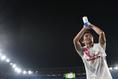 【横浜 1-2 C大阪 PHOTO】試合後、サポーターの声援に応える奥埜。2得点を挙げチームを勝利へと導いた。写真:徳原隆元