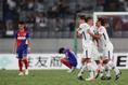 首位を撃破し、安堵の表情を見せる広島の選手たち|写真:茂木あきら(サッカーダイジェスト写真部)
