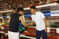 【鹿島 2-2 G大阪】試合前、握手を交わす鹿島の大岩監督とG大阪の遠藤。写真:滝川敏之
