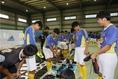 自分に合ったスパイクを選ぶ部員たち 写真:滝川敏之
