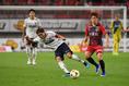 【FC東京 PHOTO】前線にスルーパスを供給する東(左)。写真:徳原隆元