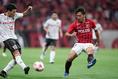 【浦和 0-2 Honda FC】古橋(左)のクロスに対応する阿部。写真:山崎 賢人(サッカーダイジェスト写真部)