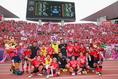 【C大阪笑顔PHOTO】サポーターともに笑顔で集合写真に収まる選手たち。写真:山崎 賢人(サッカーダイジェスト写真部)