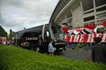 【浦和 2-1 清水 PHOTO】浦和のチームバスを迎えるサポーター。写真:徳原隆元