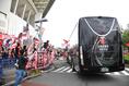 【浦和 2-1 清水 PHOTO】声援を受けながらバスがスタジアム入りする。写真:徳原隆元