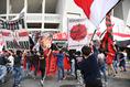 【浦和 2-1 清水 PHOTO】サポーターの熱き思いを受けて浦和は試合へと向かった。写真:徳原隆元