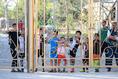 【日本代表練習 PHOTO】日本代表を一目見ようと駆け付けた現地の子どもたち|写真:金子拓弥(サッカーダイジェスト写真部)