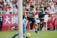 【神戸 1-3 FC東京 PHOTO】シュートを放つ東(10番)。キャプテンとしてチームを牽引した。写真:徳原隆元