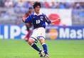 1998-1999|名波 浩|記念すべきワールドカップ初出場時に着用したモデル。最終予選で着用した「炎」のデザインを残しつつ、襟などのデザインを変更した。この年まではadidas、PUMA、asicsの3社がローテーションでサプライヤーとなっていた。(C)SOCCER DIGEST
