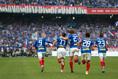 【横浜FM3-0FC東京】ゴールを決め軽い足取りでベンチに向かうエリキら選手たち|写真:山崎賢人(サッカーダイジェスト写真部)
