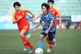 【なでしこPHOTO】中国 0-3 日本|ドリブルで仕掛ける岩渕真奈|写真:茂木あきら(サッカーダイジェスト写真部)