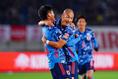 旗手(左)がゴールし抱き着いて喜ぶ前田|写真:山崎賢人(サッカーダイジェスト写真部)