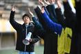 【松本国際 1-0 和歌山工】試合後、応援団の声援に応える松本国際の選手たち。写真:徳原隆元