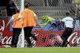 ボールになりきり、自分がゴールしちゃうサポーター(2005年FIFAコンフェデレーションズカップ 日本対ブラジル)。 (C)Getty Images