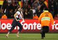 「捕まえてみなさいよ~」と言わんばかりの表情で疾走(2010年W杯 ドイツ対イングランド)。 (C)Getty Images