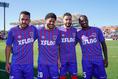 【PHOTO】試合後に仲良く笑顔の左からアルトゥール・シルバ、レアンドロ、ディエゴ・オリヴェイラ、アダイウトン|写真:山崎賢人(サッカーダイジェスト写真部)